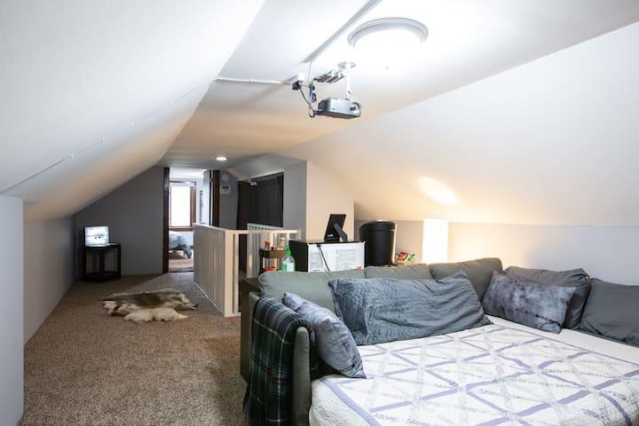 Black Cats Inn ~ Cozy, Private, Upstairs Loft