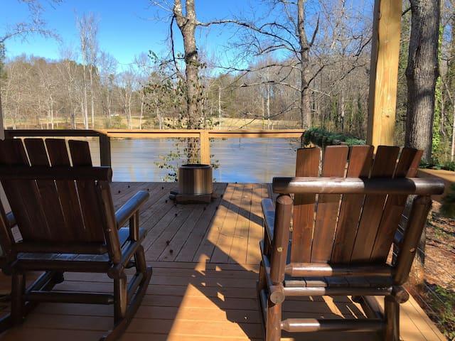 Private luxury barn- pond fishing & pool swimming