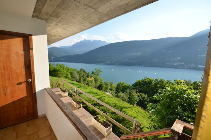 "Apartment ""Bucaneve"" panoramic lake view"
