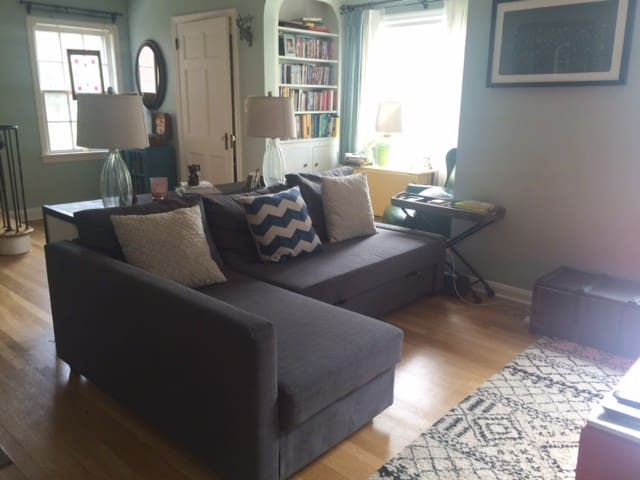 Cozy Bungalow in great location - Cleveland Heights - Apartment