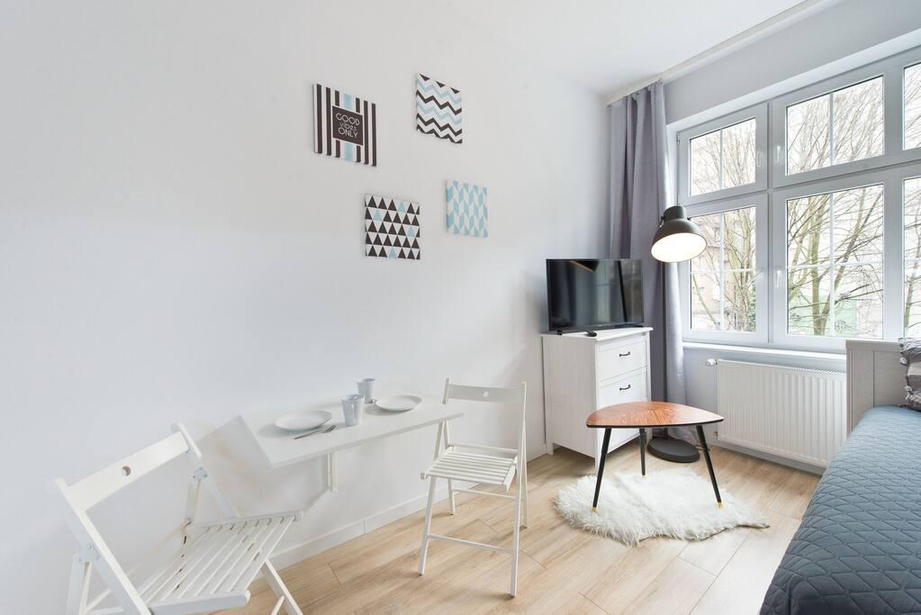 Rozkładany stolik śniadaniowy wraz z krzesłami