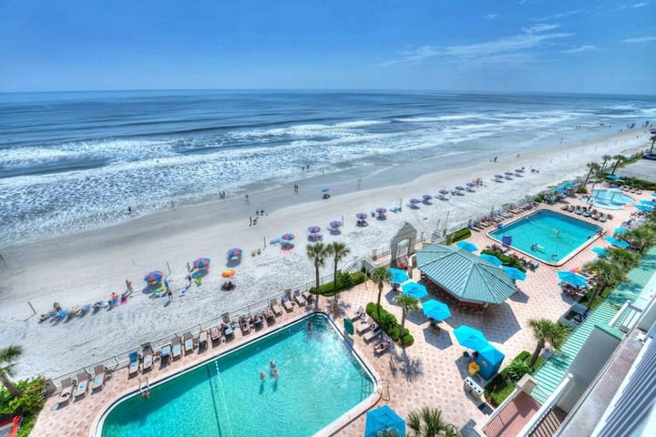 Beachfront Resort Cityview w/4 pools and Kitchen