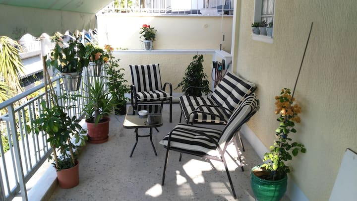 Homely quiet flatlet with Big terrace 4'  Metro