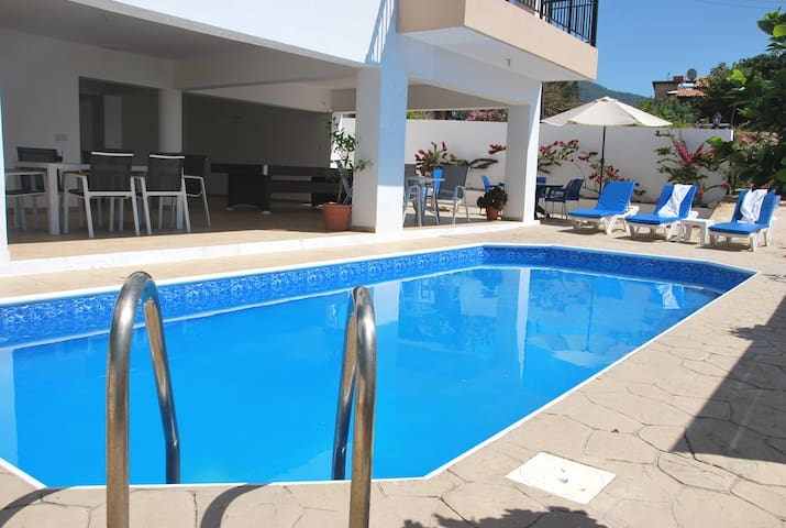 Serene villa ONLY 50m TO THE SEA, sleeps 12, Polis