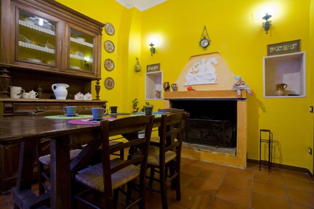 Cucina con camino, dove si possono degustare ottime colazioni nella tradizione italiana