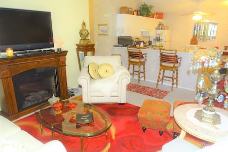 THE VILLAGES RETREAT~BETWEEN SPANISH/SUMTER SQ'S!