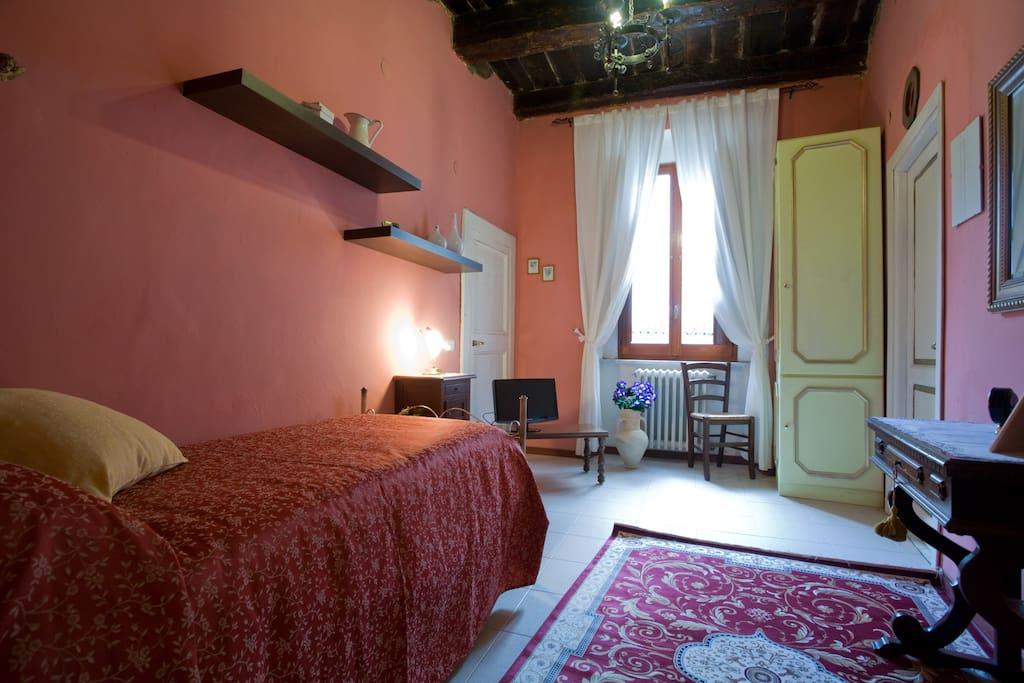 la camera rosa ha bagno interno, tv, collegamento wi fi