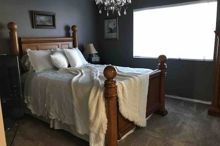 Near to Wedding Venues, Master Suite, Queen Bed