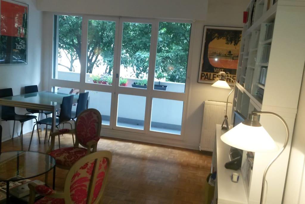 Grande pièce à vivre avec coin salle à manger, table extensible