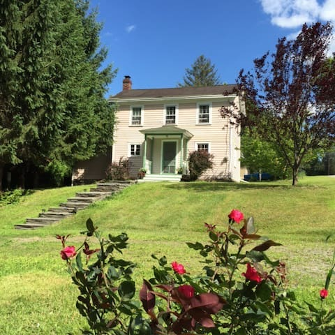LOVELY FARM HOUSE! 2 BLOCKS TO TOWN & RIVER!