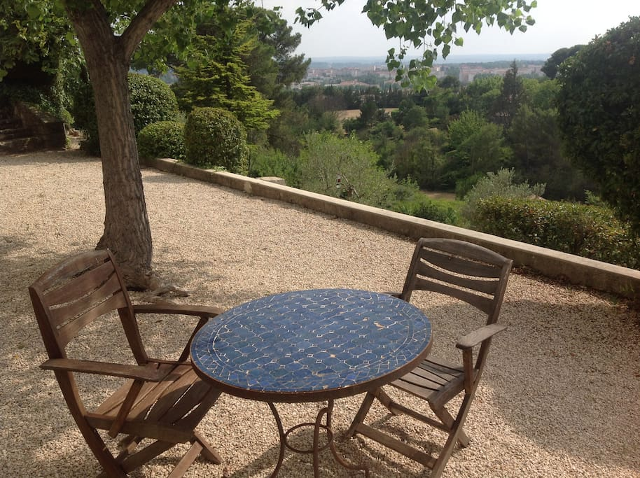 Petite table ronde à l'ombre d'un peuplier à disposition pour petit déjeuner ou +