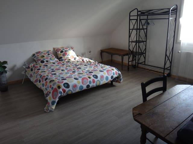 chambre de 20 m2 avec commode , étagère penderie et grande table. Draps sur demande sauf juillet et août.  Lit à faire à votre Arrivée.