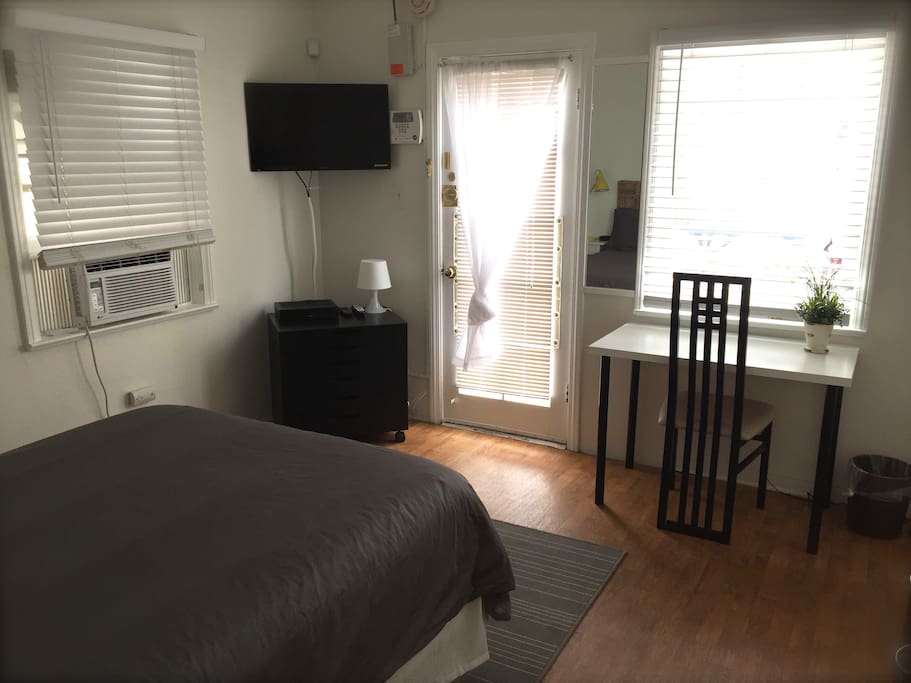 STUDIO (FULL-SIZED BED - LINENS ARE PROVIDED) CABLE TV, WIFI, AC, DESK