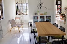 Spacious dining area. Food is not allowed in the bedroom to avoid ants. Enjoy ur meal here instead. =)