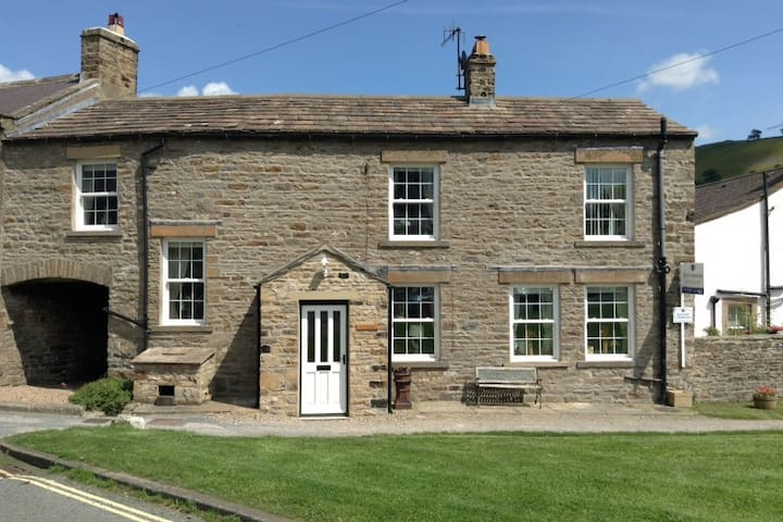 Picturesque Yorkshire Dales Cottage - West Burton - House