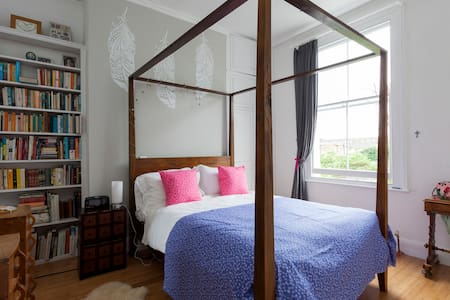 Double sunlit room with garden view - London