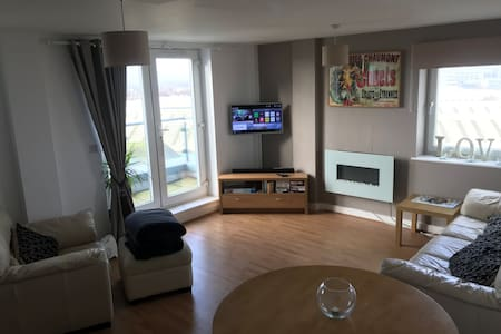 Modern Cardiff Bay Apartment With Private Parking