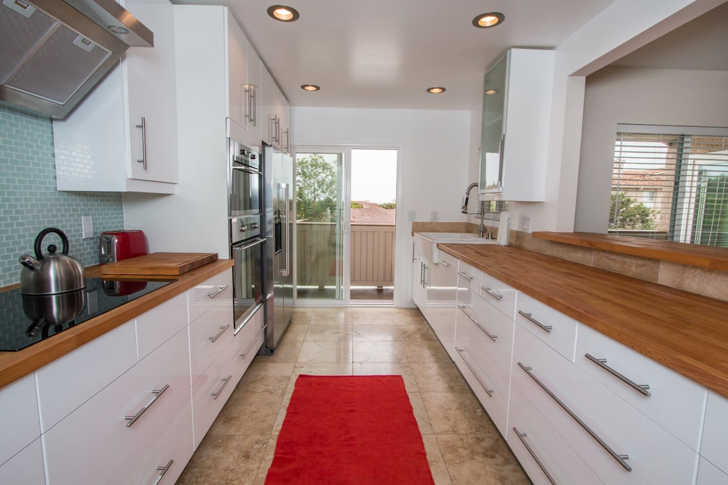 Ultra modern fully equipped gourmet kitchen