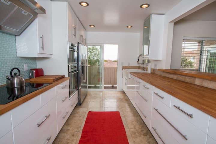 Contemporary Home in Ritz Pointe Laguna close!