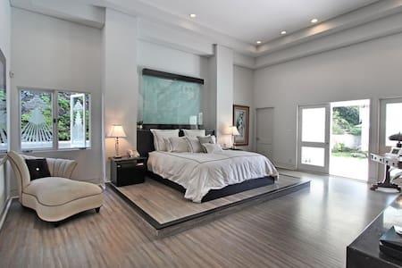 Beverly Hills Modern 5BR w/ pool! - ビバリー·ヒルズ