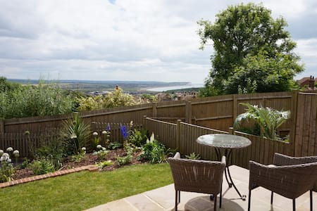Quiet sea view haven with spa bath. - Newhaven - Huis