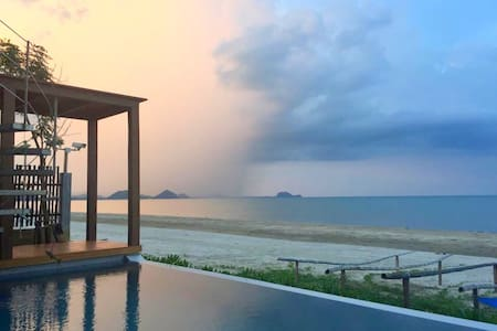 The remarkable beachfront poolvilla