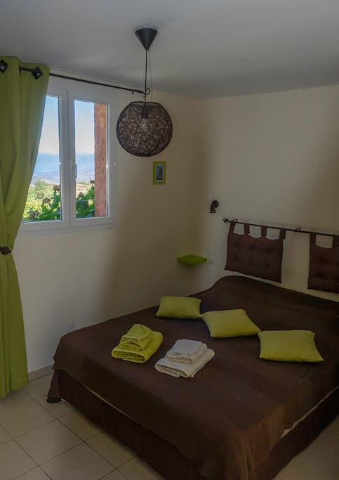 Chambre d 39 h tes romarin 2 4 pers bed and breakfasts for Translate chambre