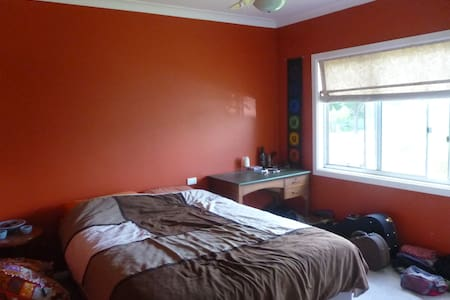Large Bedroom in a quiet house - Goulburn - Ev