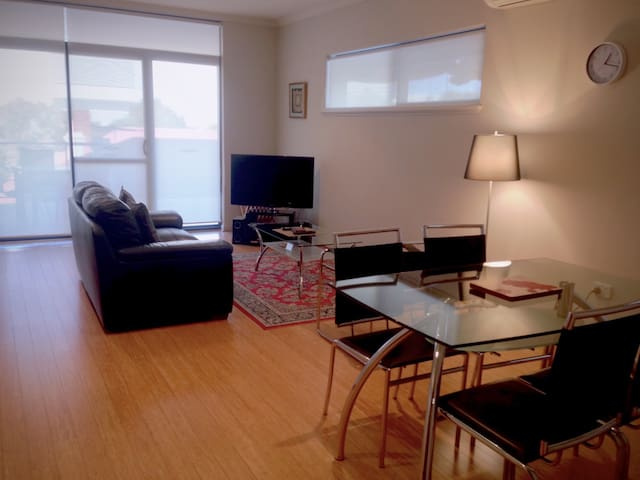 Modern One Bedroom - West Perth - Apartment