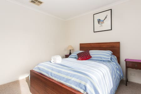 Sweet 2BR home close to train/shops - Reservoir - House