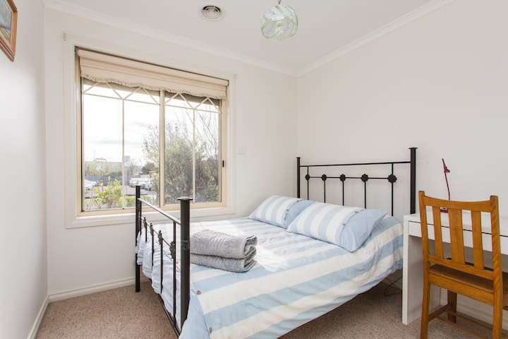 Cute room, close to train and shops - Reservoir - Casa
