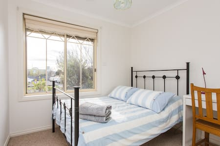 Cute room, close to train and shops - Reservoir