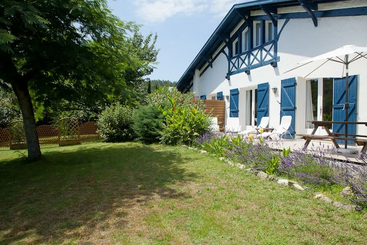 Charmante villa , grand joli jardin , 5 km océan