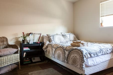 Convenient Queen BR with breakfast - Mountain View - Apartment