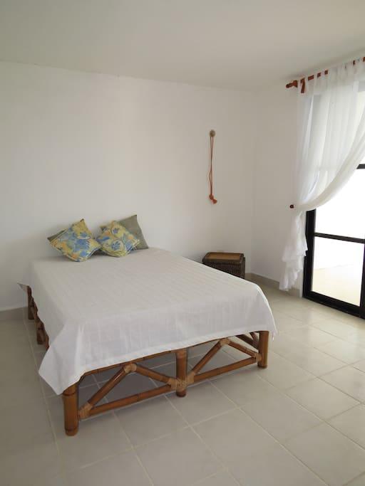 La habitación principal con salida al balcón, cuenta con una cama matrimonial, y el espacio necesario para tener una estancia agradable.