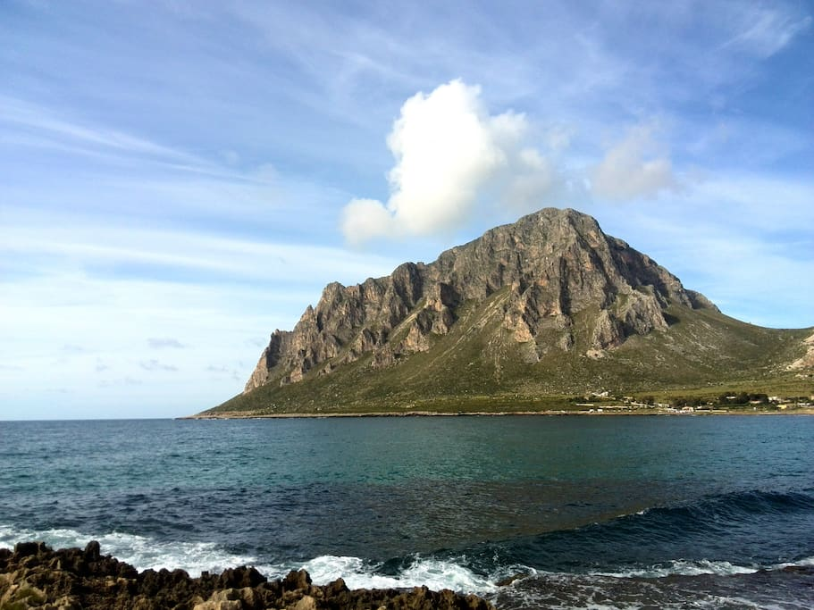 Il Possente Monte Cofano che ripara la Baia di Cornino
