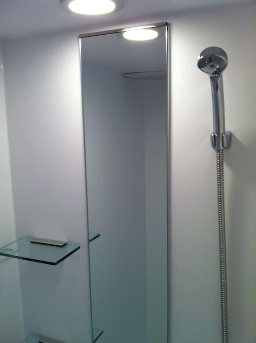 シャワールーム   One shower room. No bathtub. Not shared. Prepared  shampoo, hair conditioner , body soap , bath mat and some towels.