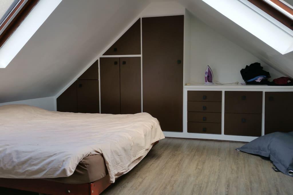 Chambre sous les toits, très calme.