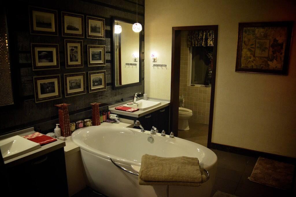 主卧房内的浴室