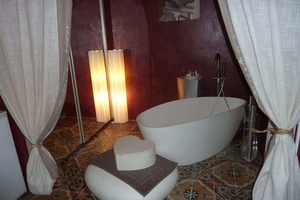 Une chambre spacieuse avec de beaux rideaux de séparation en lin.