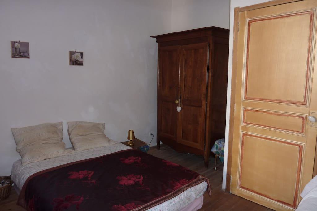Chambre 1 :  bonne literie double, grande armoire.