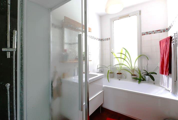 Une douche rafraichissante en été ou un bon bain chaud en hiver...