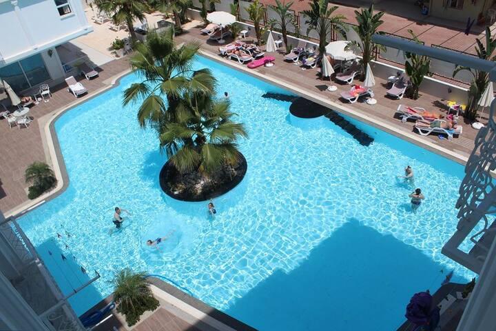 Antalyada havuzlu gençlerin dairesi 2 kişilik