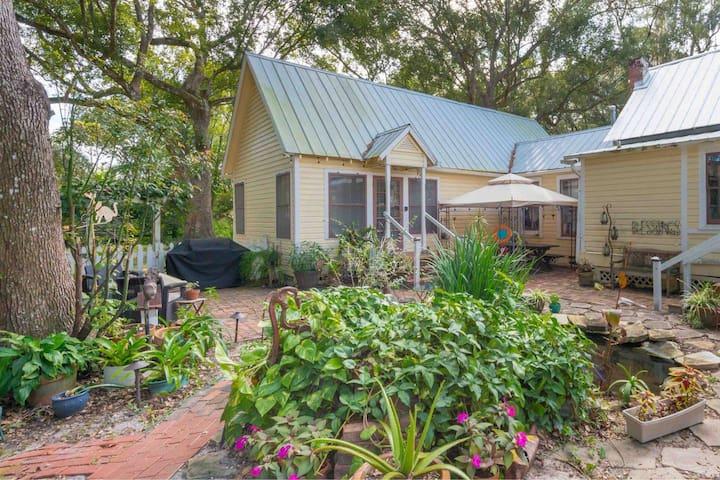 Farmhouse Cottage near UCF, Trails, & theme parks