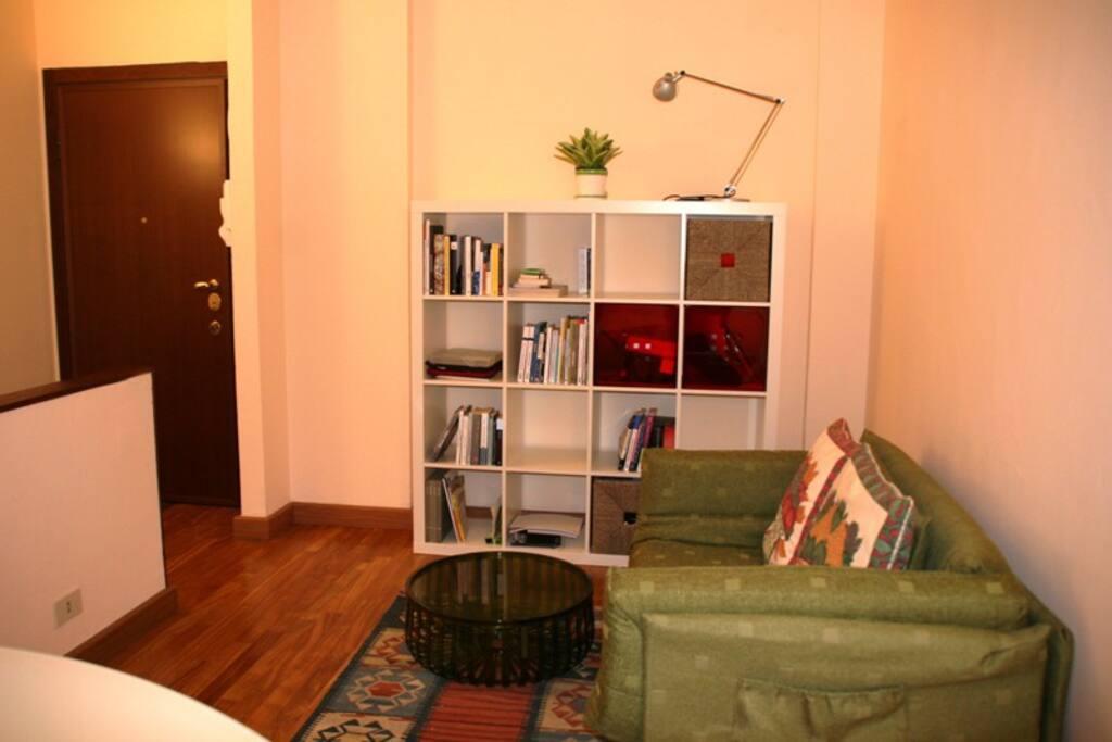 Libreria e ingresso - Bookshelve and entry