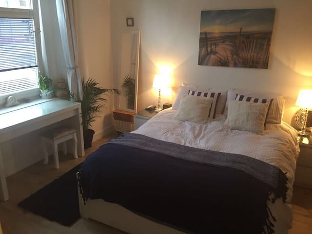 Lovely Large Double Room, with private Bathroom