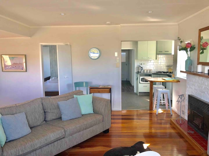 Village cottage- Raumati beach