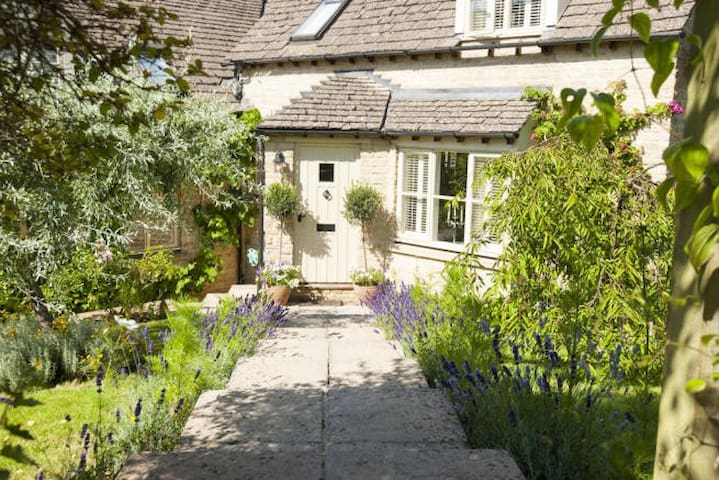 Pretty room in Cotswolds with luxurious bathroom