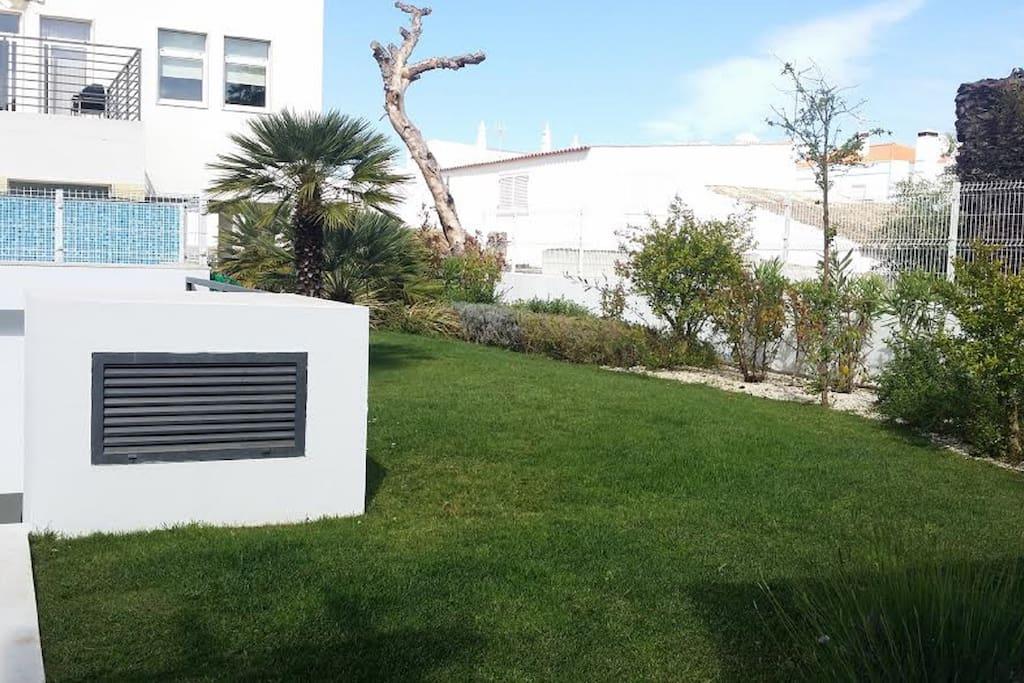 espaço verde junto á piscina