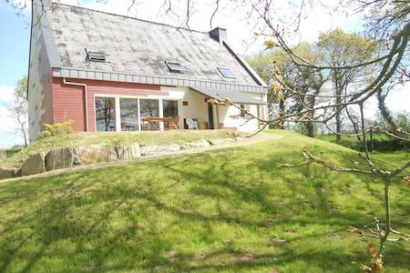 Grande maison en pleine verdure, proche de la mer - Saint-Urbain